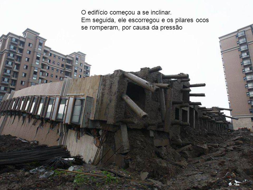 O edifício começou a se inclinar. Em seguida, ele escorregou e os pilares ocos se romperam, por causa da pressão