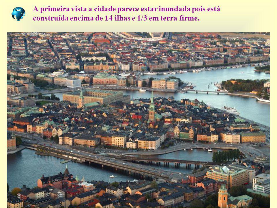A primeira vista a cidade parece estar inundada pois está construída encima de 14 ilhas e 1/3 em terra firme.