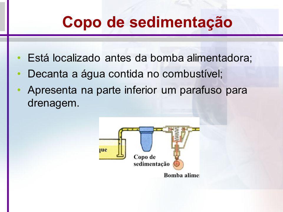 Copo de sedimentação Está localizado antes da bomba alimentadora; Decanta a água contida no combustível; Apresenta na parte inferior um parafuso para