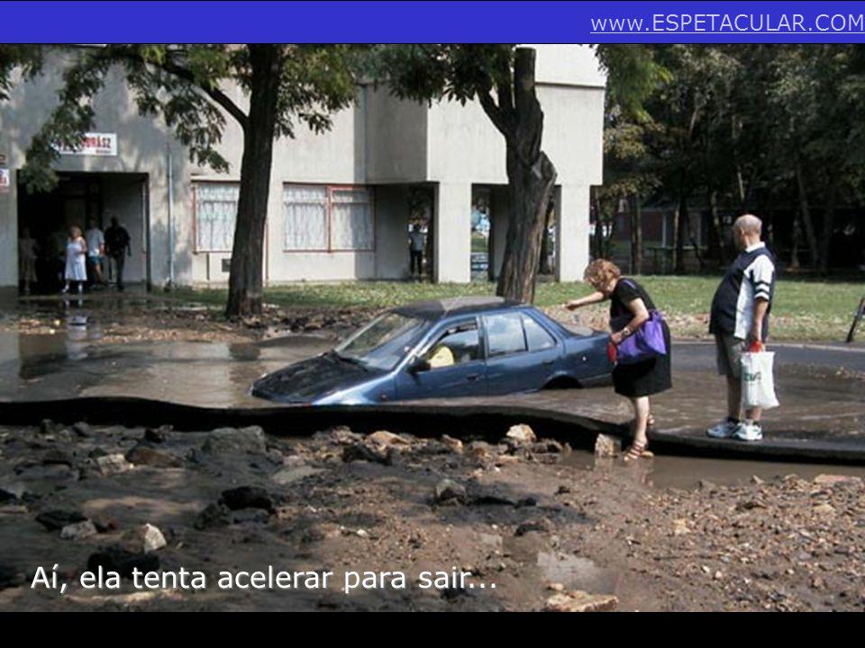 Aí, ela tenta acelerar para sair... www.ESPETACULAR.COM