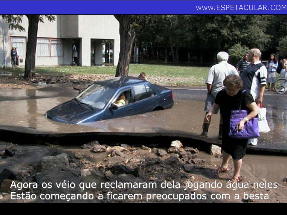 Agora os véio que reclamaram dela jogando água neles Estão começando a ficarem preocupados com a besta www.ESPETACULAR.COM