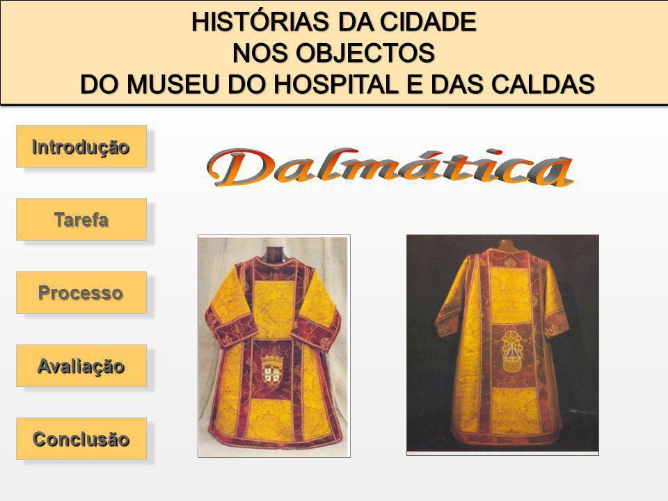 A Dalmática é um paramento religioso sendo aberto dos lados com mangas largas e compridas.