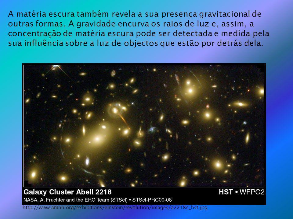 A matéria escura também revela a sua presença gravitacional de outras formas. A gravidade encurva os raios de luz e, assim, a concentração de matéria