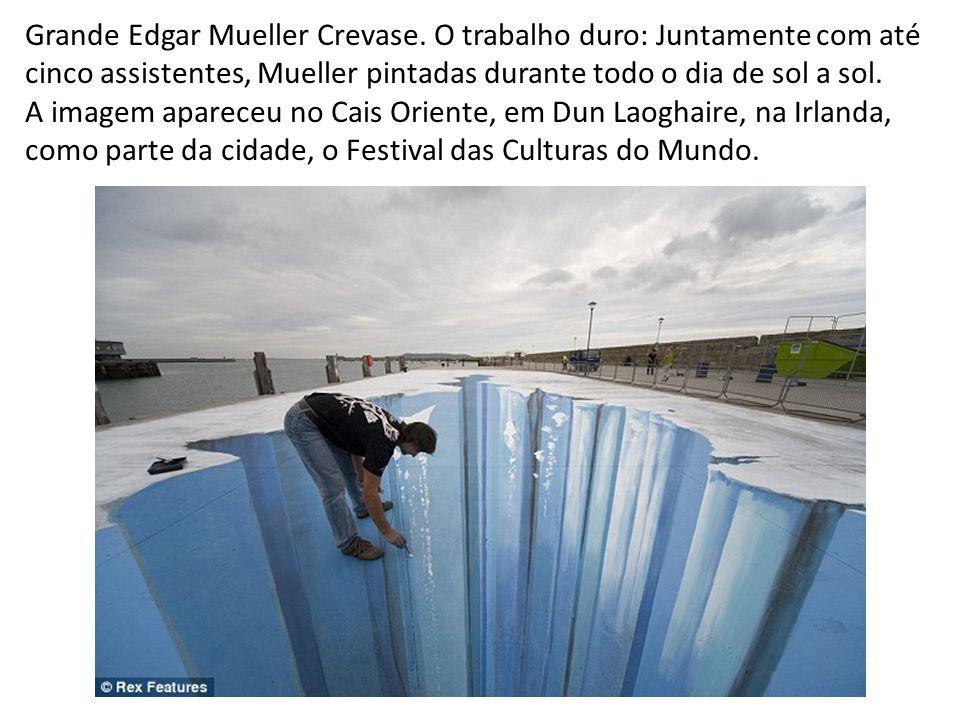 Grande Edgar Mueller Crevase. O trabalho duro: Juntamente com até cinco assistentes, Mueller pintadas durante todo o dia de sol a sol. A imagem aparec