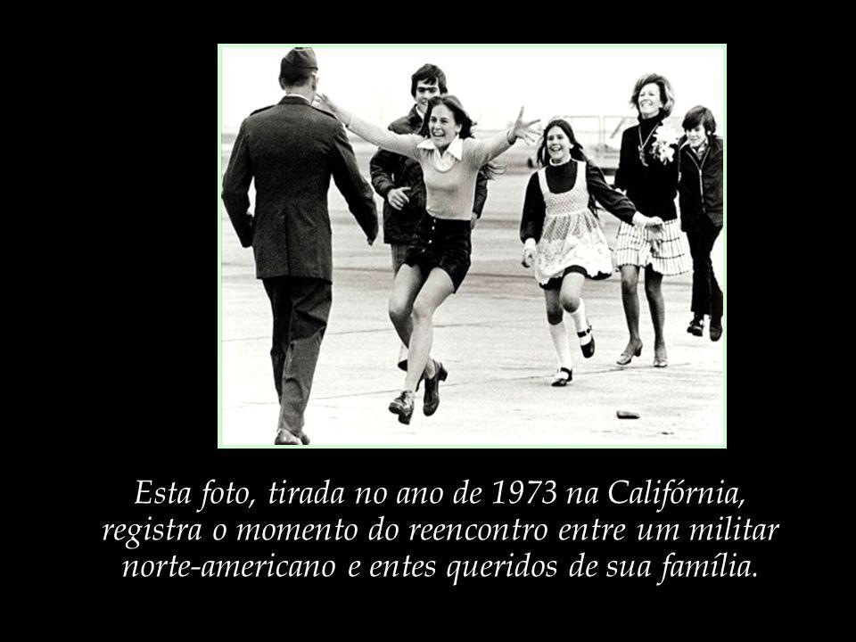 Esta foto, tirada no ano de 1973 na Califórnia, registra o momento do reencontro entre um militar norte-americano e entes queridos de sua família.