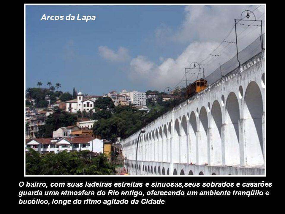 Arcos da Lapa O bairro, com suas ladeiras estreitas e sinuosas,seus sobrados e casarões guarda uma atmosfera do Rio antigo, oferecendo um ambiente tranqüilo e bucólico, longe do ritmo agitado da Cidade