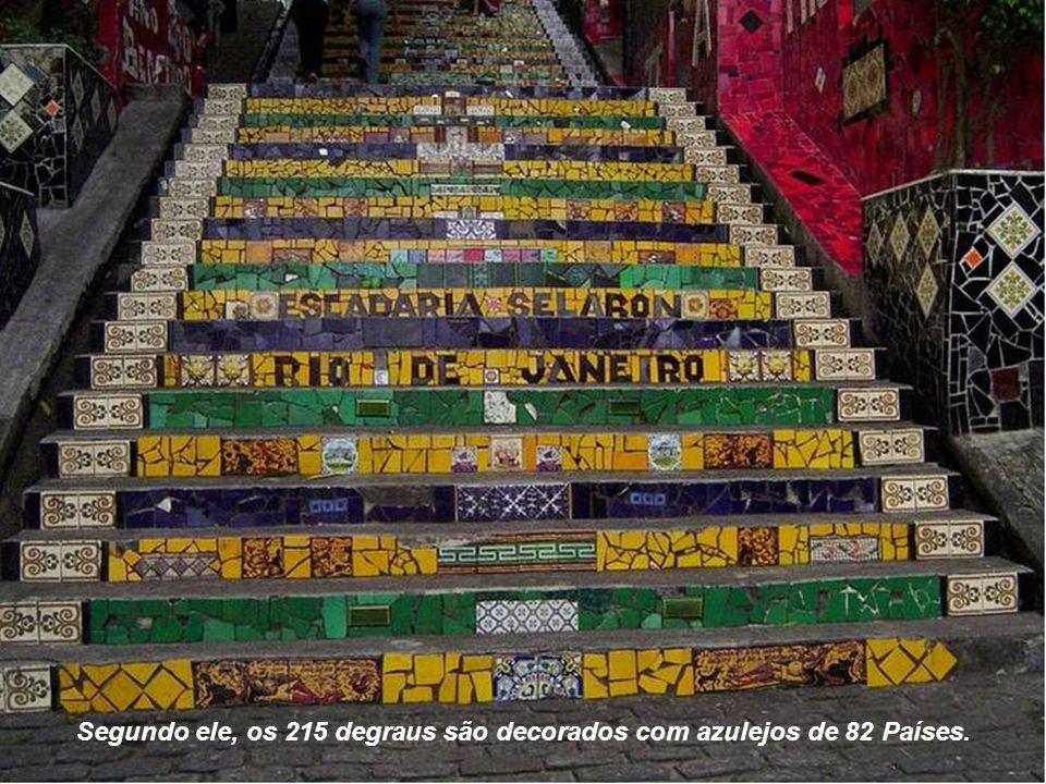Segundo ele, os 215 degraus são decorados com azulejos de 82 Países.