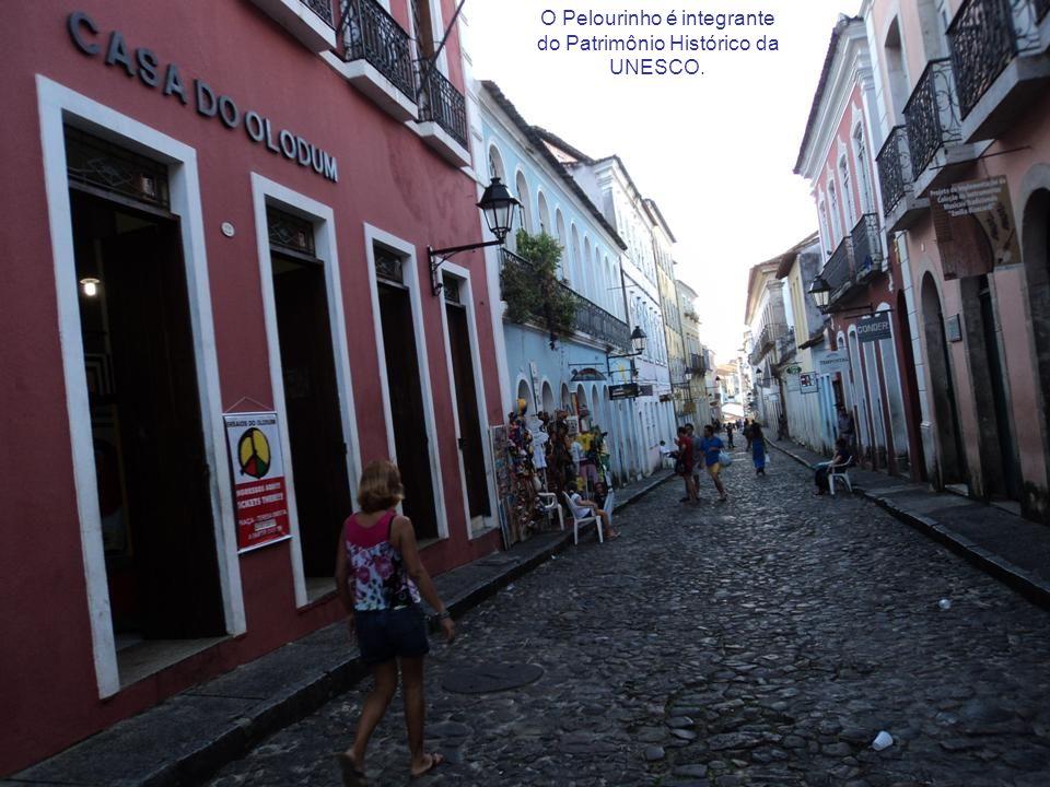 Localizado no Centro Histórico, que possui um conjunto arquitetônico colonial (barroco português).