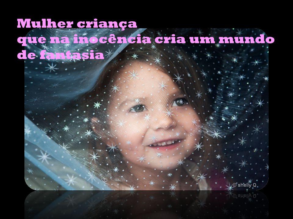 Mulher criança que na inocência cria um mundo de fantasia