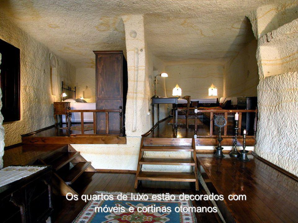 Os quartos de luxo estão decorados com móveis e cortinas otomanos