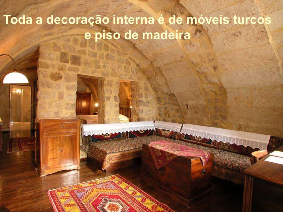 Toda a decoração interna é de móveis turcos e piso de madeira