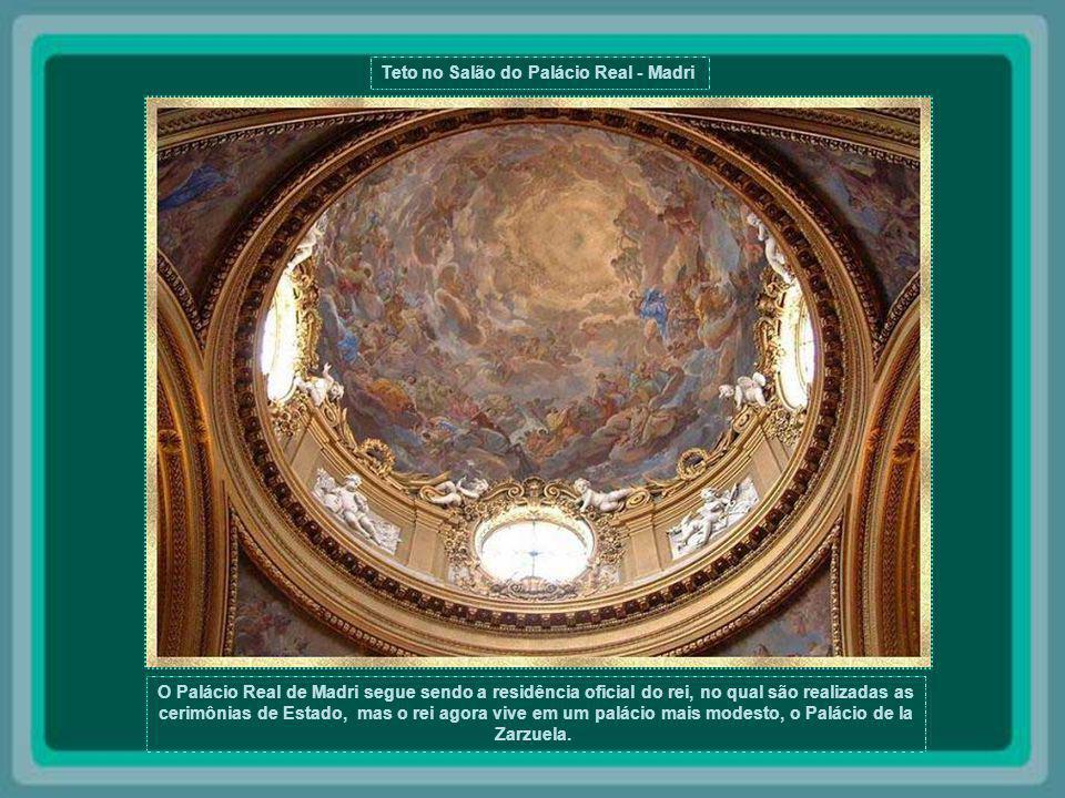 Teto no Palácio Real de Madri O Palácio Real de Madri era a residência oficial dos reis espanhóis. Foi construído no mesmo local onde se encontrava um