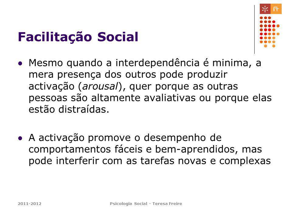 2011-2012Psicologia Social - Teresa Freire Facilitação Social Mesmo quando a interdependência é minima, a mera presença dos outros pode produzir activ