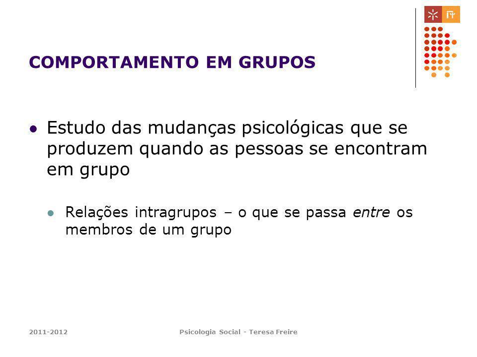 2011-2012Psicologia Social - Teresa Freire COMPORTAMENTO EM GRUPOS Estudo das mudanças psicológicas que se produzem quando as pessoas se encontram em grupo Relações intragrupos – o que se passa entre os membros de um grupo