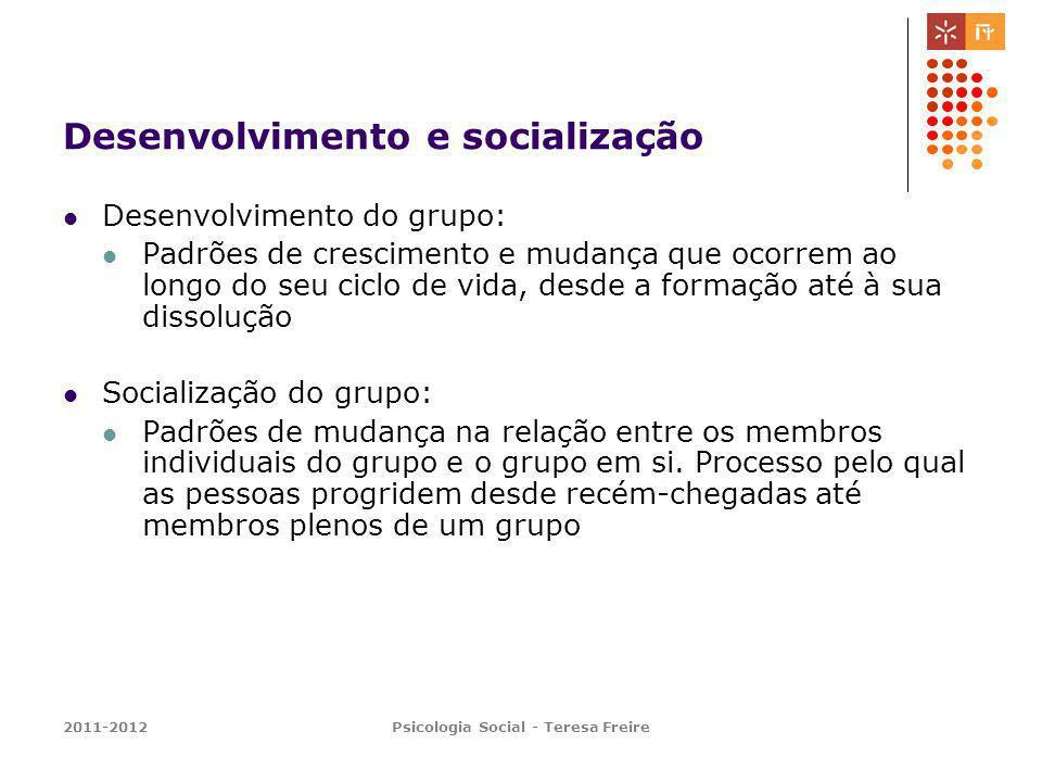 2011-2012Psicologia Social - Teresa Freire Desenvolvimento do grupo Tukman, 1965; Tukman e Jensen, 1977 Cinco estádios (modelo mais frequente): Formação (orientação) Tempestade (conflito) Normalização (coesão) Realização (performance) Encerramento ou dissolução
