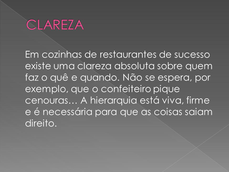 Em cozinhas de restaurantes de sucesso existe uma clareza absoluta sobre quem faz o quê e quando. Não se espera, por exemplo, que o confeiteiro pique