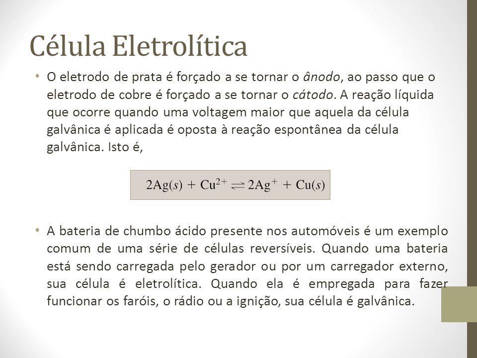 Célula Eletrolítica O eletrodo de prata é forçado a se tornar o ânodo, ao passo que o eletrodo de cobre é forçado a se tornar o cátodo.