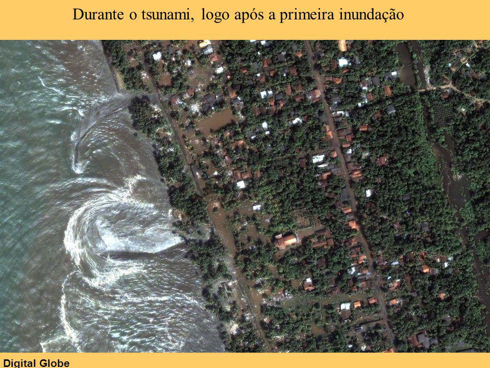 Digital Globe Durante o tsunami, logo após a primeira inundação