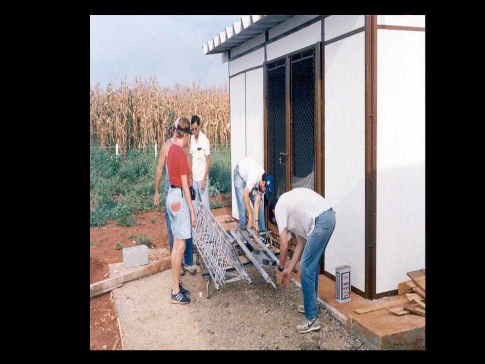 19 10 de janeiro a 4 de fevereiro 2004 – Viagem ao Arquipélago (alunas Saravasti de Araujo Bacellar e Georgia Codato) para tirar fotografias, medir a distância entre as Ilhas Belmonte e São Paulo e fazer medidas meteorológicas.