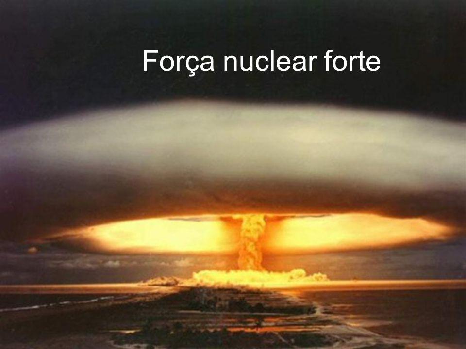 A força nuclear fraca causa a degradação radioactiva de certos núcleos atómicos. Em particular, esta força governa o processo chamado decaimento beta