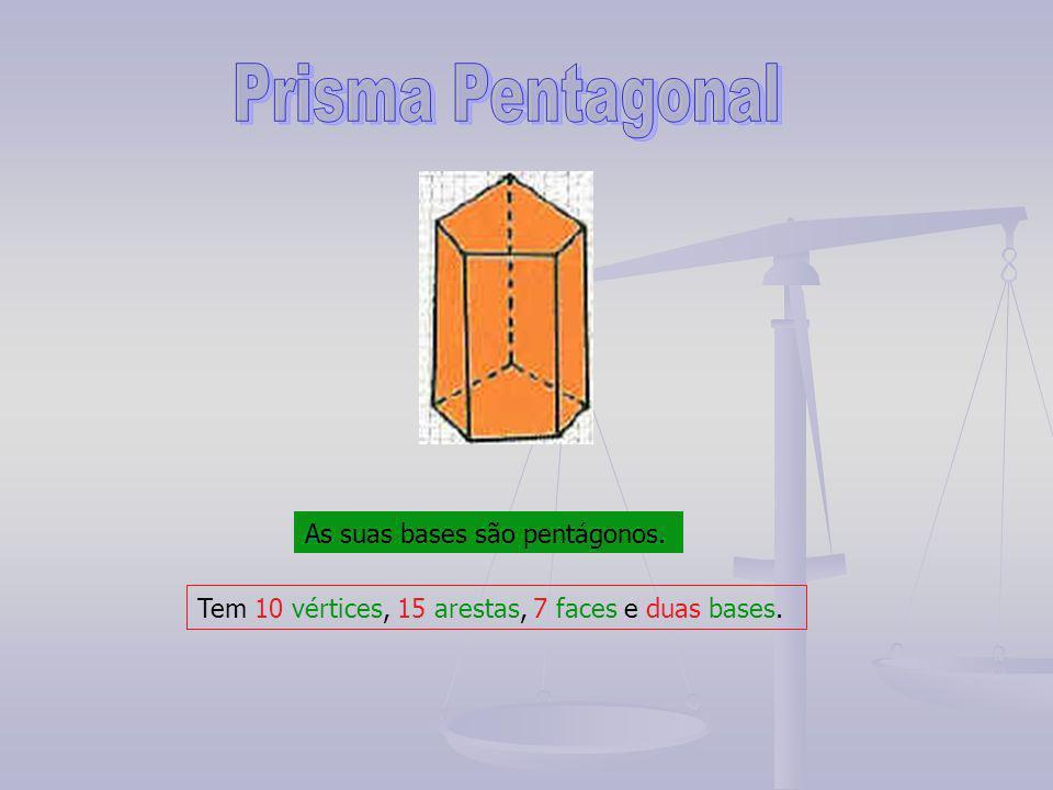 As suas bases são pentágonos. Tem 10 vértices, 15 arestas, 7 faces e duas bases.