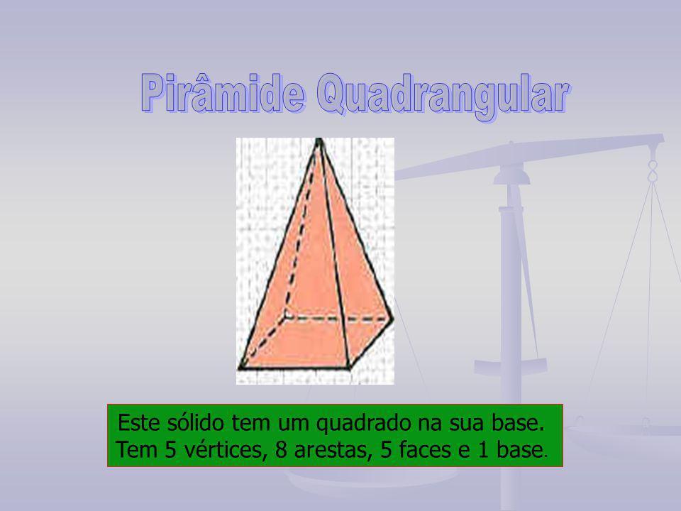Este sólido tem um quadrado na sua base. Tem 5 vértices, 8 arestas, 5 faces e 1 base.