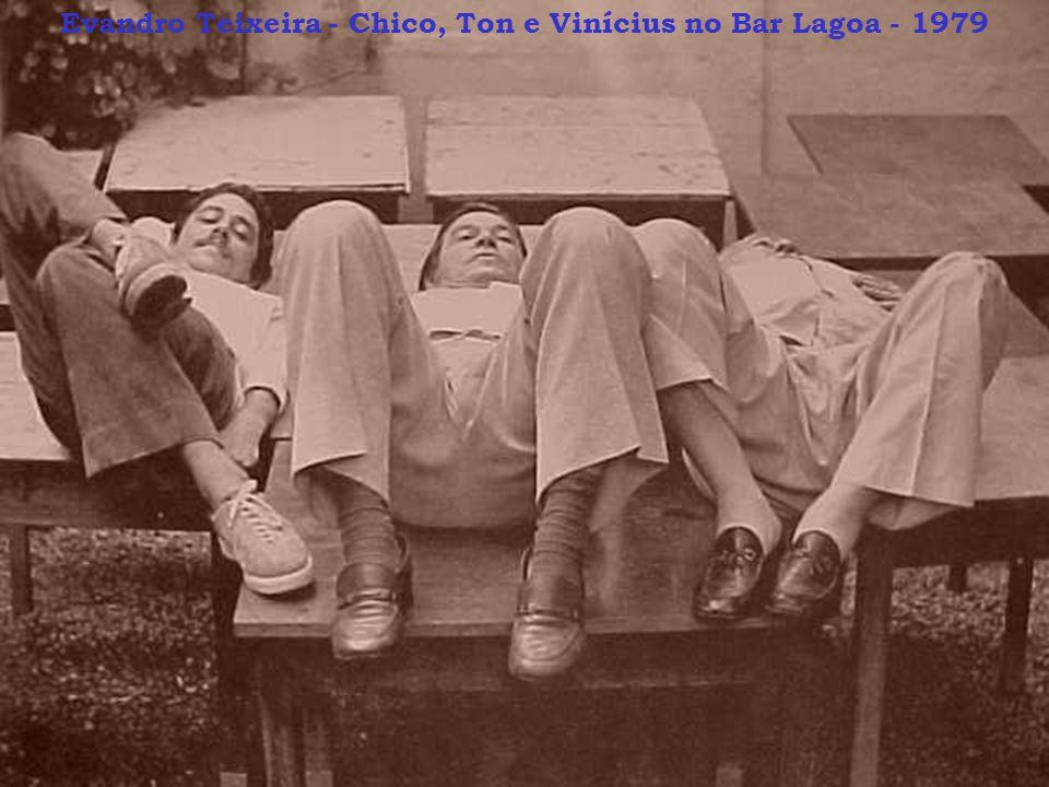 Evandro Teixeira - Chico, Ton e Vinícius no Bar Lagoa - 1979
