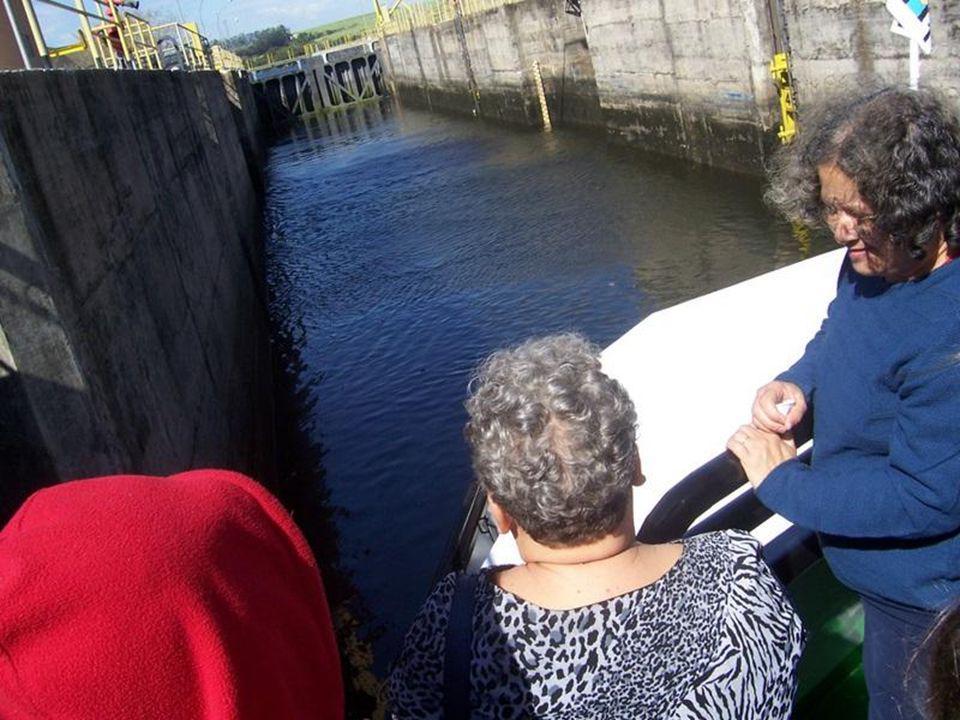 As portas se fecham e são necessários 50 milhões de litros de água para completar o processo de enchimento e esvaziamento.