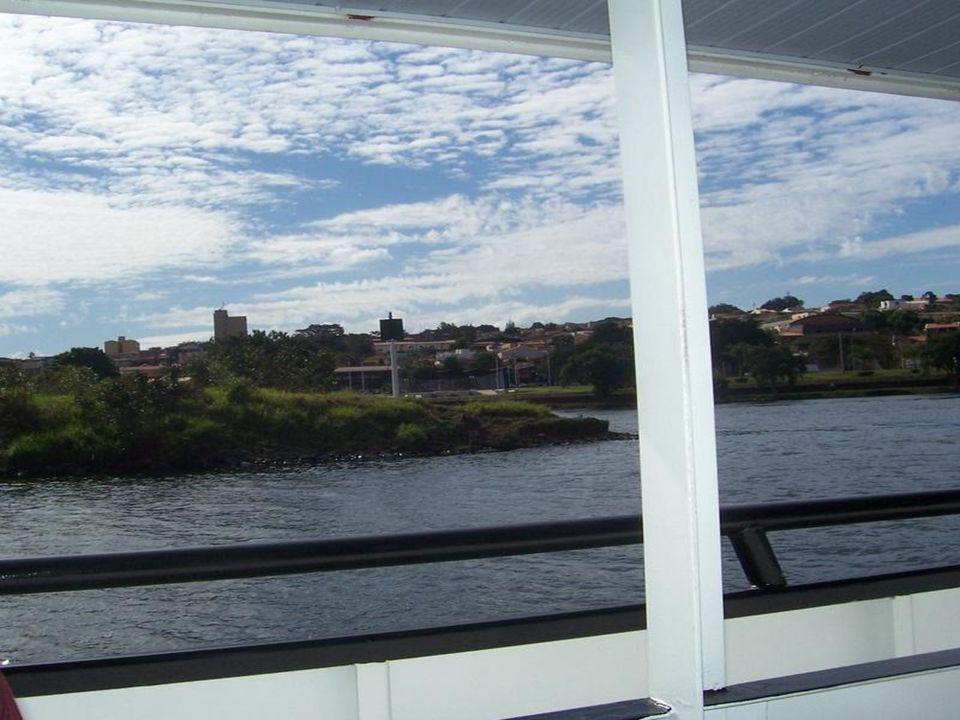 Quando completo o enchimento,abrem-se as comportas para a saída da embarcação, ao nível superior da hidrovia.