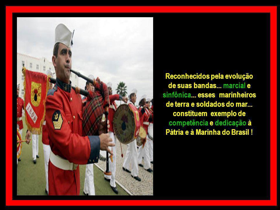 O Corpo de Fuzileiros Navais é facilmente reconhecido por seu uniforme vermelho garança e o característico gorro de fita... usados em datas especiais!
