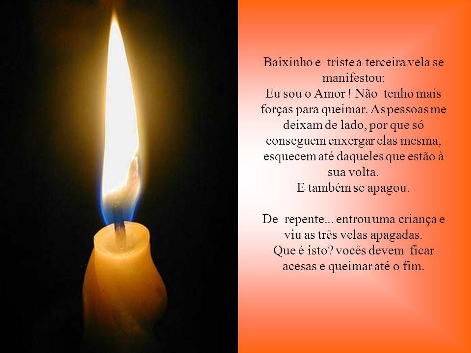 . Quatro velas estavam queimando calmamente. O ambiente estava tão silencioso que podia-se ouvir o diálogo entre elas. A primeira disse: Eu sou a Paz!