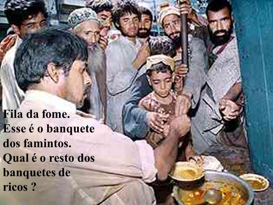 Fila da fome. Esse é o banquete dos famintos. Qual é o resto dos banquetes de ricos ?