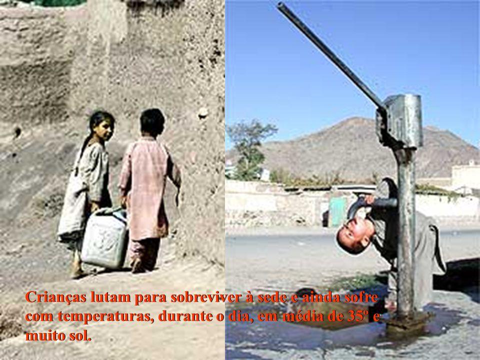Crianças lutam para sobreviver à sede e ainda sofre com temperaturas, durante o dia, em média de 35º e muito sol. Crianças lutam para sobreviver à sed
