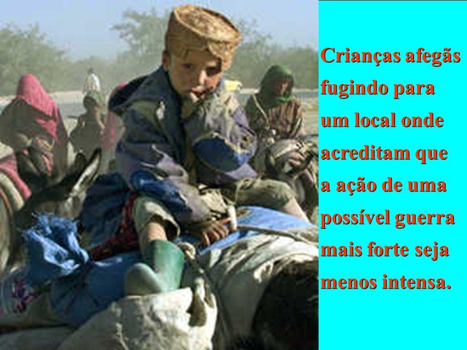 Crianças afegãs fugindo para um local onde acreditam que a ação de uma possível guerra mais forte seja menos intensa.