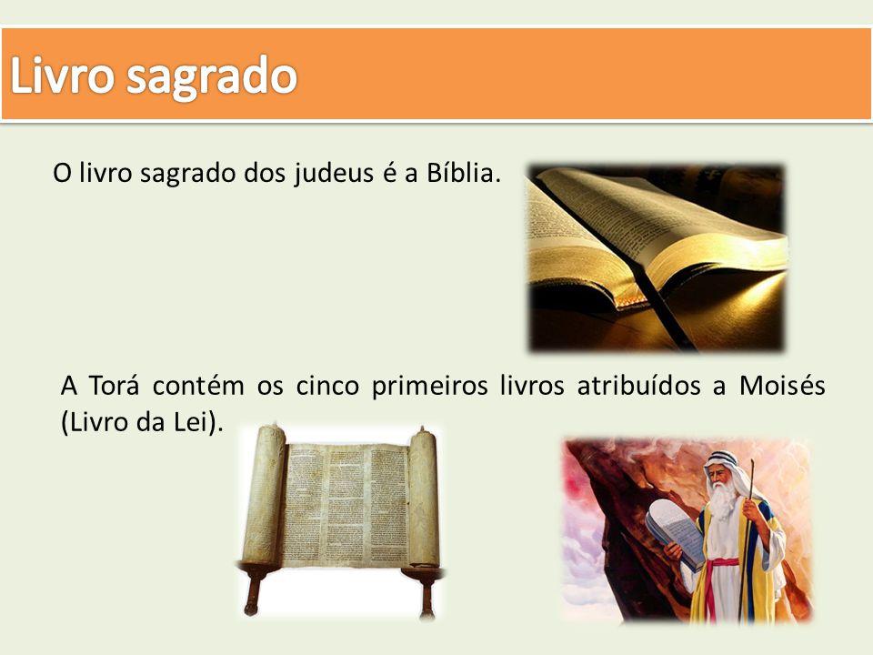 O livro sagrado dos judeus é a Bíblia. A Torá contém os cinco primeiros livros atribuídos a Moisés (Livro da Lei).