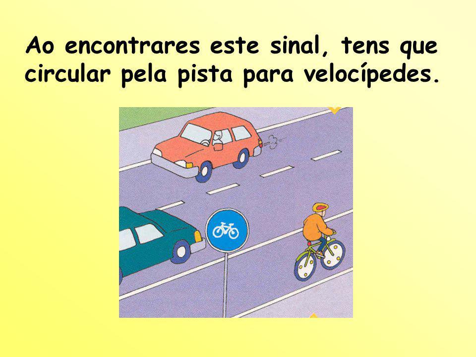 Quando andas de bicicleta: Circula pela direita da faixa de rodagem junto dos passeios ou da berma.