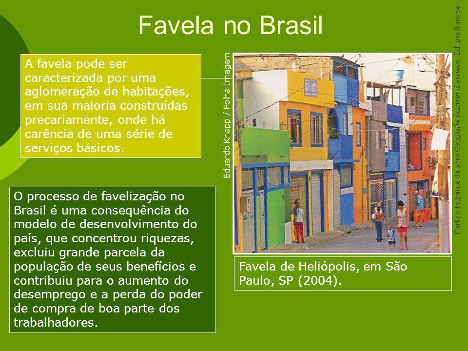 Favela no Brasil Favela de Heliópolis, em São Paulo, SP (2004). A favela pode ser caracterizada por uma aglomeração de habitações, em sua maioria cons