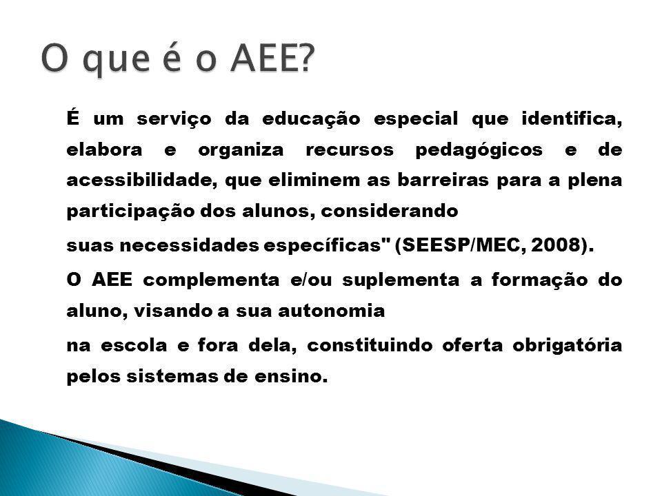 É um serviço da educação especial que identifica, elabora e organiza recursos pedagógicos e de acessibilidade, que eliminem as barreiras para a plena participação dos alunos, considerando suas necessidades específicas (SEESP/MEC, 2008).