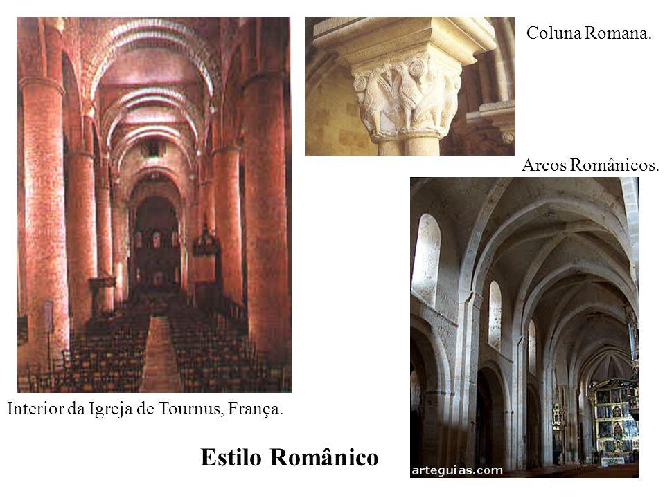 Interior da Igreja de Tournus, França. Estilo Românico Coluna Romana. Arcos Românicos.