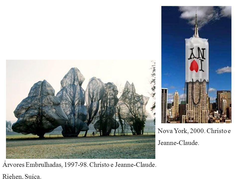 Árvores Embrulhadas, 1997-98. Christo e Jeanne-Claude. Riehen, Suíça. Nova York, 2000. Christo e Jeanne-Claude.