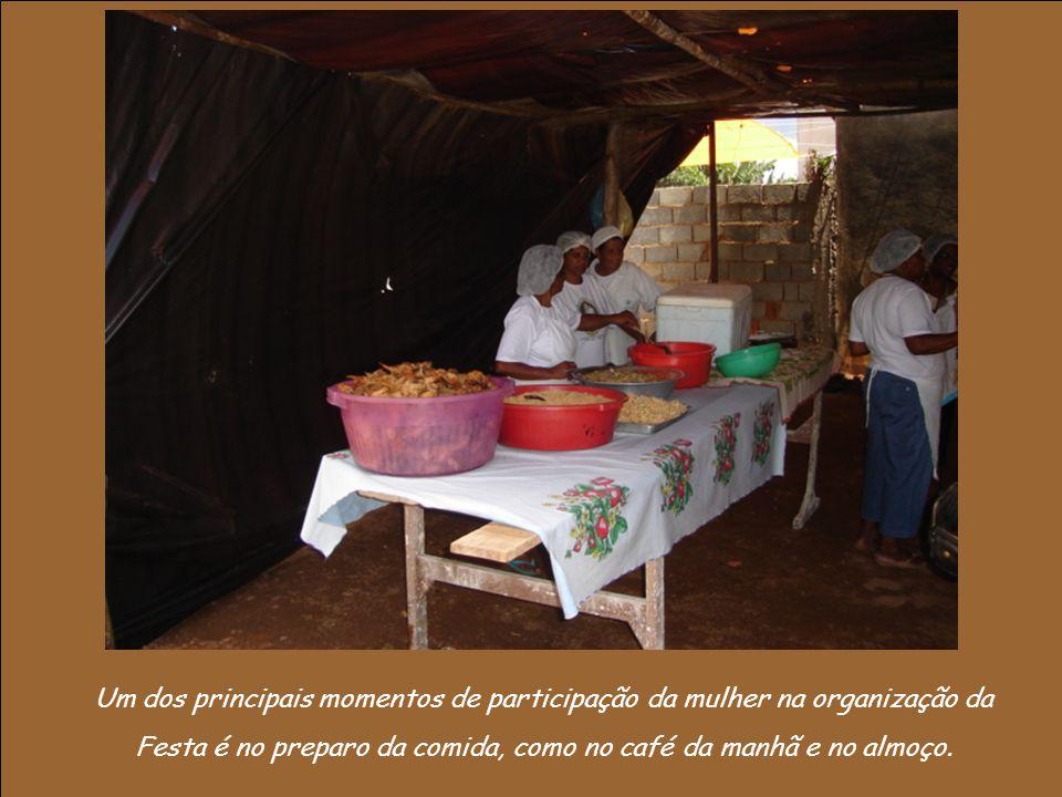 Um dos principais momentos de participação da mulher na organização da Festa é no preparo da comida, como no café da manhã e no almoço.