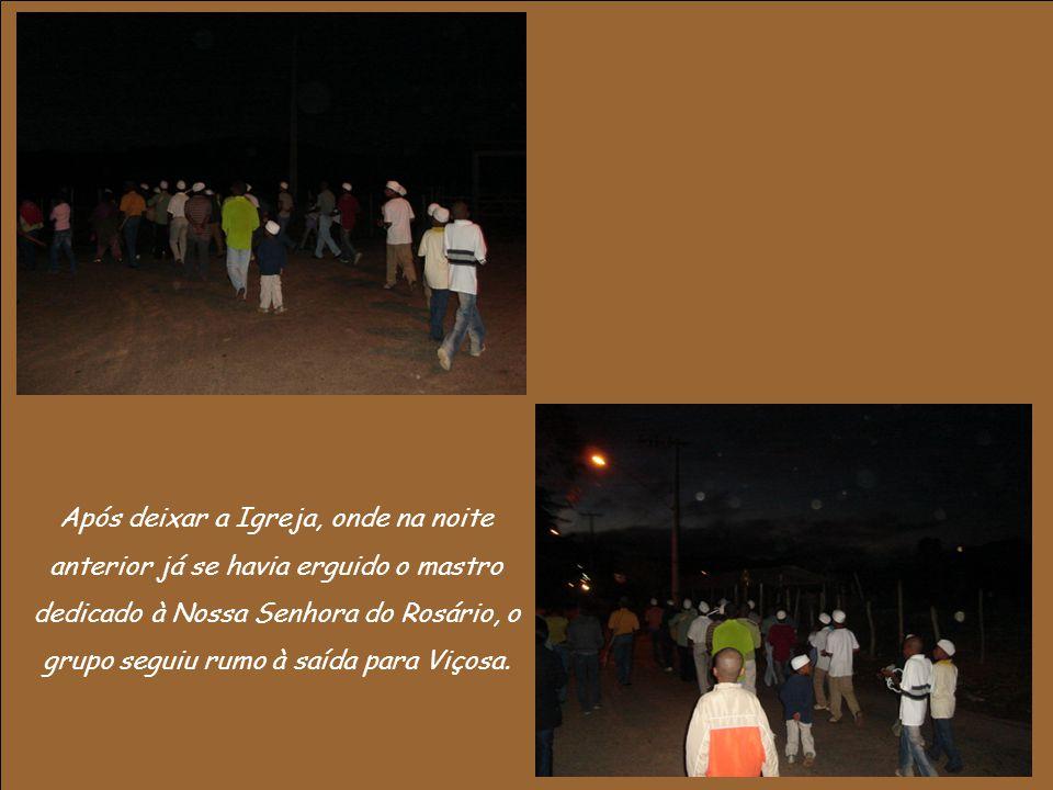 Após deixar a Igreja, onde na noite anterior já se havia erguido o mastro dedicado à Nossa Senhora do Rosário, o grupo seguiu rumo à saída para Viçosa