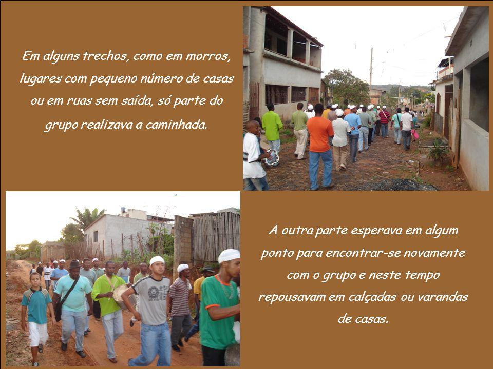 Em alguns trechos, como em morros, lugares com pequeno número de casas ou em ruas sem saída, só parte do grupo realizava a caminhada. A outra parte es