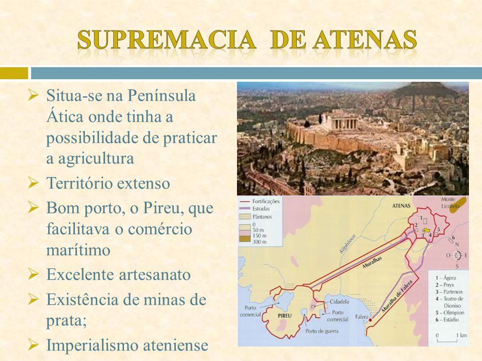 SS itua-se na Península Ática onde tinha a possibilidade de praticar a agricultura TT erritório extenso BB om porto, o Pireu, que facilitava o comércio marítimo EE xcelente artesanato EE xistência de minas de prata; II mperialismo ateniense