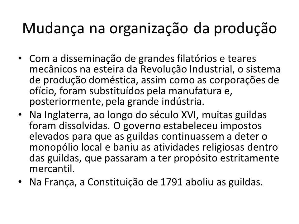 Mudança na organização da produção Com a disseminação de grandes filatórios e teares mecânicos na esteira da Revolução Industrial, o sistema de produção doméstica, assim como as corporações de ofício, foram substituídos pela manufatura e, posteriormente, pela grande indústria.
