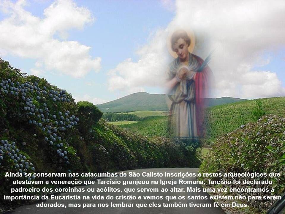 O pequeno mártir morreu nos braços do soldado, com as mãos apertando ainda a Santa Eucaristia contra o peito. Tarcísio: o pequeno coroinha que, desde