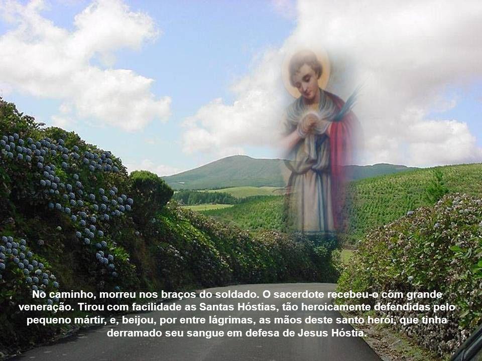 No caminho, morreu nos braços do soldado.O sacerdote recebeu-o com grande veneração.