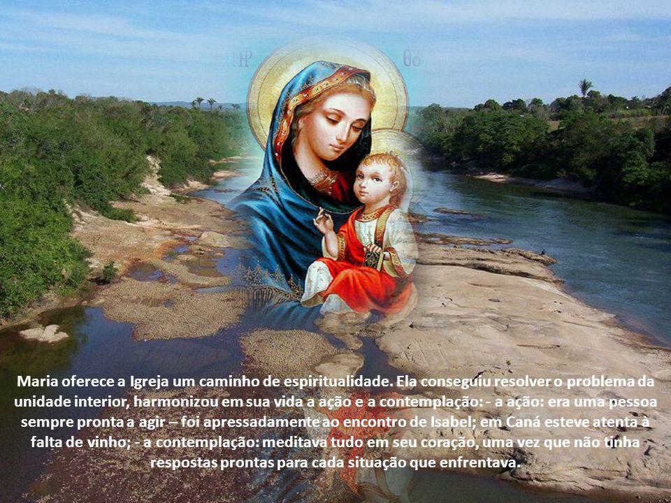 Desejamos perceber com clareza a presença ativa entre nós, aquela presença materna e cheia de desvelo, misteriosa e eficaz (João Paulo II).