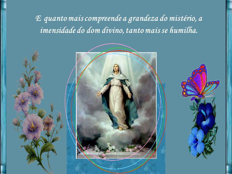Não põe os olhos na imensa honra que advirá por ter sido escolhida para Mãe do Filho de Deus, mas contempla, admirada, o grande mistério de um Deus qu