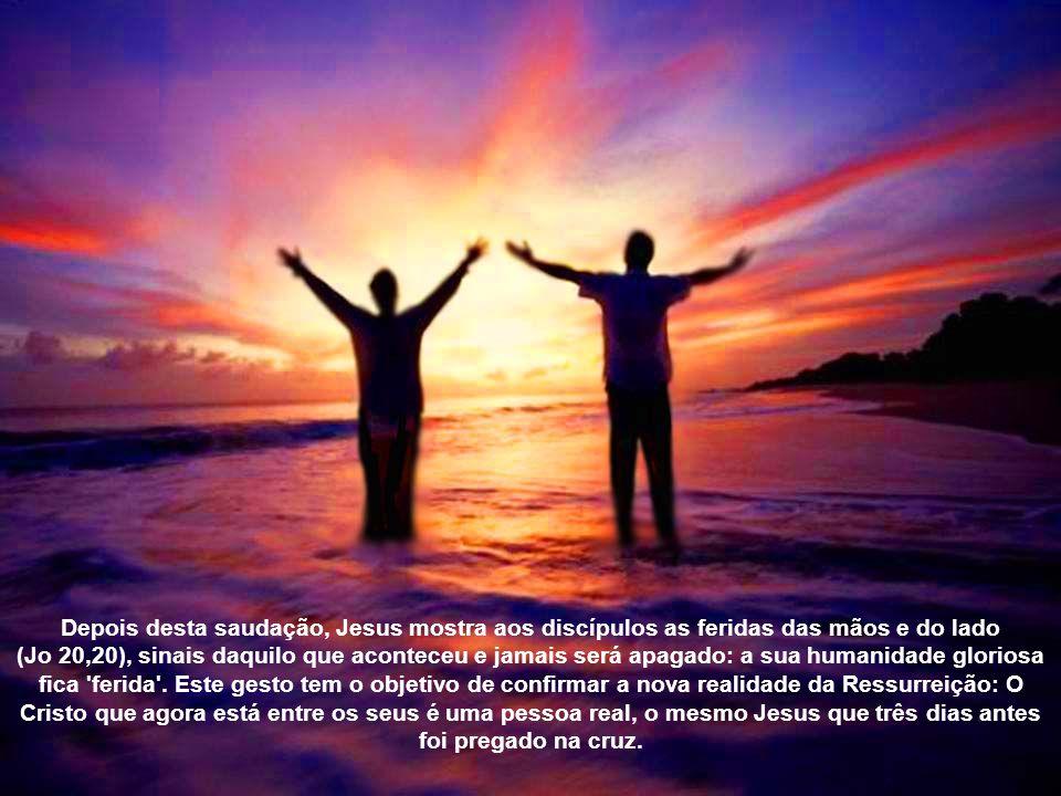 Esta situação de angústia dos discípulos muda radicalmente com a chegada de Jesus. Ele entra a portas fechadas, está em meio a eles e doa a paz que su